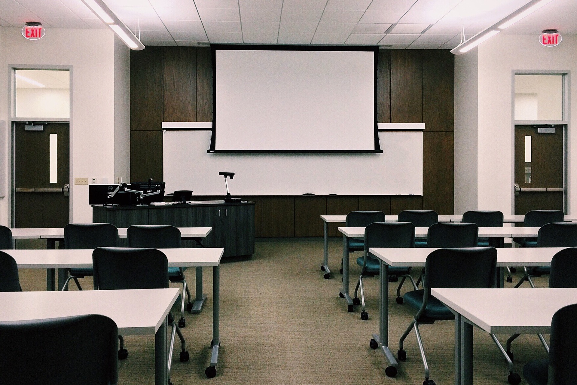 Image of an emtpy classroom